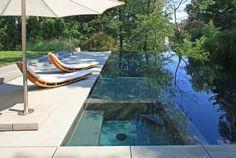 une grande piscine à débordement