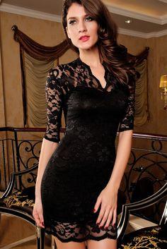 Elegante vestido de encaje negro con forro negro, ajustado estilizando tu figura, encaje con motivos florales, cuello en V con manga larga. Talla unica