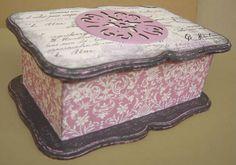 Caixa de chá, com 2 divisórias. Pintada e decorada com papel de scrapbook e aplique. R$ 45,00