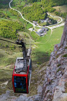 FUENTE DÉ: Teleférico mediante cable que salva un desnivel de 800 mts. en poco más de 5 minutos, colocando a los pasajeros a casi 2.000 mts. de altura. Desde la estación superior el visitante se sobrecogerá por un paisaje de inmensa belleza: el Macizo Central de los Picos de Europa.