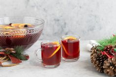 The English Christmas punch is a warm and inviting drink that's perfect serving at holiday parties. Made with rum and wine, it tastes just like a hot sangria. Gin Punch Recipe, Holiday Punch Recipe, Party Punch Recipes, Christmas Punch, Christmas Cocktails, Christmas Wine, Christmas Hamper, Sangria, Traditional Christmas Drinks
