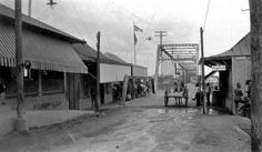 Foot and Wagon Bridge, Laredo Texas, 1899 - Laredo Convent Avenue Port of Entry - Wikipedia Mcallen Texas, Texas Image, Laredo Texas, Loving Texas, South Texas, Texas History, Historical Images, Interesting History, Old West