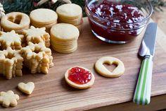Marmeládou mažeme linecké cukroví až později. Cookies, Ethnic Recipes, Food, Crack Crackers, Biscuits, Essen, Meals, Cookie Recipes, Yemek