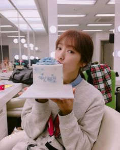 Park Shin-hye takes picture with cake
