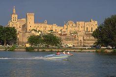 Papstpalast in Avignon (Provence) vom Ufer des Flusses Gard aus gesehen. Imposante Festung und prunkvoller Palast. UNESCO-Weltkulturerbe.