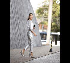 Camila Coelho, blogueira de moda com mais de 4 milhões de seguidores no Instagram, usou um look metalizado total Gloria Coelho e sapatos Louboutin no mesmo tom para ir ao São Paulo Fashion Week em abril de 2016