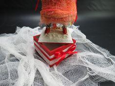 Escultura/Toy Art - Elizabeth Spriggs • Modelado em argila, e acabamento em verniz fosco tingido. Acessórios em tecido sobre caixa de mdf. (10x30)