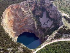 Lac rouge. / Red Lake. / Croatie, Crotia.