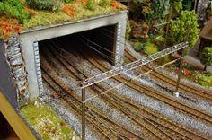 Proceso de montaje de la catenaria de los ferrocarriles RhB en escala H0m, en la estación.