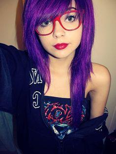 That is some purple hair. She looks like me. Long Asymmetrical Haircut, Pretty Hairstyles, Girl Hairstyles, Color Fantasia, Lange Blonde, Lunette Style, Emo Scene Hair, Choppy Hair, Bright Hair