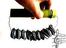 (manualidad niños maraca) ¡Mira que maraca más especial! Look what a very special rattle! Guck was für eine besondere Rassel! Instrument Craft, Making Musical Instruments, Homemade Instruments, Music For Kids, Diy For Kids, Crafts For Kids, Toddler Crafts, Bottle Cap Crafts, Bottle Caps