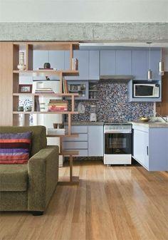 Parede da cozinha retirada e posto uma estante vazada que delimita as areas.
