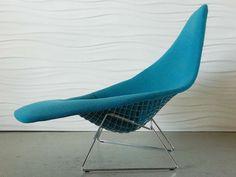 Asymmetric chair. Focus sur le designer Harry Bertoia, le créateur de la célèbre Diamond Chair.
