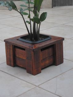 Wooden Planter Boxes Diy, Wood Planters, Wooden Diy, House Plants Decor, Plant Decor, Woodworking Projects That Sell, Woodworking Crafts, Wooden Pallet Projects, Wood Pallets