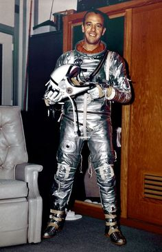 1963 - Astronaut Alan Shepard in Mercury flight suit. Astronaut Alan B. Shepard was one of the original seven astronauts for Mercury Project selected by NASA in silver space suit, Mid-Century Space Race photography. Dwight Eisenhower, John Glenn, Neil Armstrong, Tony Goldwyn, Carl Sagan, Apolo Xi, Centre Spatial, Mission Apollo 11, Programme Apollo
