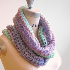 This #crochet infinity cowl calls for a unique fingering weight pastel yarn that does all of the work for you as you crochet basic stitches.