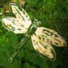 Diese Libellen sind ein Blickfang im Garten, am Gartenteich und in Blumentöpfen in der Wohnung um den Sommer noch etwas zu verlängern. Die Unterseite ist in der gleichen Farbe glasiert. Ein Stab...