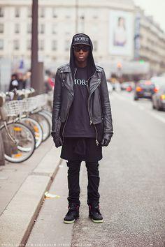 MORT. Via Stockholm #streetstyle. total #black #outfit #cap #sneakers #fashion #moda #gorra #zapatillas #negro
