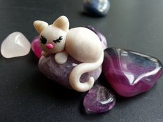 White cat on amethyst stone/cat on jewelry stone/fimo cat with amethyst stone/ chakra stone with polymer clay/chakra amethyst by LGdreams on Etsy