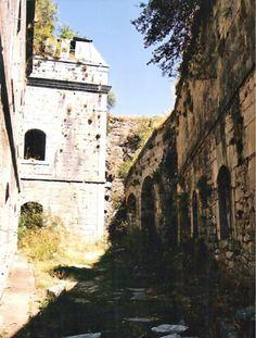 """Interior del Fuerte de Coll de LadronesLa estratégica montaña de """"Cot de Latrós"""" (o """"Cod de Ladrones"""") fue elegida en 1751 por el ingeniero Juan Martínez Zermeño para levantar una nueva fortificación fronteriza. Las obras, dirigidas por Pascual de Navas, concluyeron en 1758."""