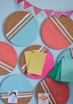 Coole DIY Idee fürs Arbeitszimmer organisieren und dekorieren - Bemalte runde Kork Untersetzer dienen als Pinnwand