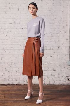 Jason Wu Resort 2020 Fashion Show - Vogue Jason Wu, Fashion 2020, Runway Fashion, Vogue Paris, Brown Leather Skirt, Style Work, Hijab Fashion, Fashion Outfits, Minimalist Fashion Women
