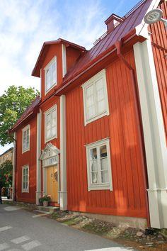 Tycker så mycket om den här färgkombinationen. Så 1700-tal. Funderar på om inte torpet borde vara falurött med ljusgrå istället för vita knutar. Red Houses, Backyard Office, House Painter, Farmhouse Renovation, Swedish Style, Red Roof, Green Rooms, Log Homes, House Colors