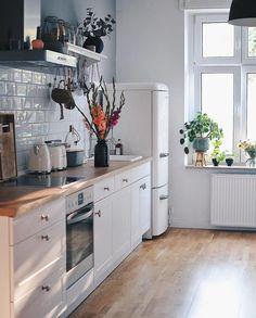 Start your morning right in a beautiful kitchen! Home Decor Kitchen, Kitchen Interior, New Kitchen, Home Kitchens, Kitchen Hair, Küchen Design, House Design, Home Panel, Beautiful Kitchens