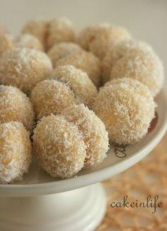 Kesin deneyin diyebileceğim bir tarif ile daha biraradayız :) Tek lokmalık minik iki kurabiyenin arasına marmelat sürüp yapıştırıyoruz ve... Donut Recipes, Cake Recipes, Cooking Recipes, Donut Cupcakes, Food Cakes, Food And Drink, Tasty, Sweets, Cookies