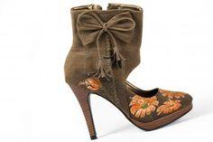 mujeres morenas zapatos de tacones altos con flores impresas sobre fondo blanco Foto de archivo