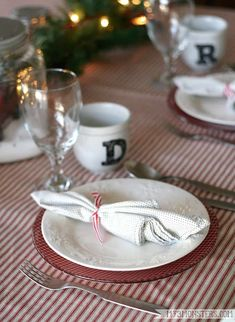 DIY-Holiday-plates your guests Will Admire Mod-hodgepodge rock DIY-Holiday-plates your guests Will Admire Mod-hodgepodge rock Amanda amandabiere DIY Do it yourself Hi guys I m Amy from nbsp hellip Valentine crafts Christmas Plates, Christmas Tablescapes, Rustic Christmas, Christmas Ideas, Christmas Crafts, Decoupage Plates, Napkin Decoupage, Clear Glass Plates, Diy Mod Podge