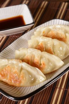 Gyoza: recipe for the Japanese dumplings - Asia & Co. -You can find Dumplings and more on our website.Gyoza: recipe for the Japanese dumplings - Asia & Co. Hamburger Meat Recipes, Pork Chop Recipes, Grilling Recipes, Raw Food Recipes, Fish Recipes, Asian Recipes, Appetizer Recipes, Cookie Recipes, Japanese Recipes