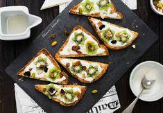 Il sipario del nuovo giorno si apre in modo davvero speciale se hai nel piatto i vegan french toast con kiwi yogurt noci e bacche.