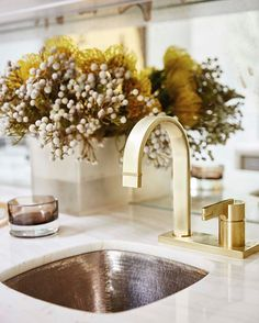 Score major design points with layer upon layer of texture! This texture equation features a hammered sink, matte brass faucet, onyx countertop, and a frosted vase filled with silver brunia. #AtHomeSarahStyle @simonschusterca @simonandschuster (photo: @staceysnaps) (faucet by Rubinet, sink by @nativetrails) www.sarahrichardsondesign.com