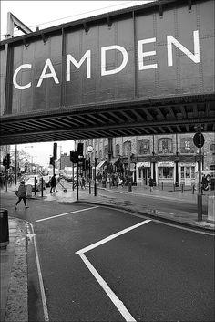 London - Camden Town es un barrio londinense situado en el municipio de Camden. Es famoso por albergar uno de los mercados callejeros más variados y extravagantes de todo Londres. El barrio está localizado a 3,7 km al noroeste de Charing Cross. El área recibe cada fin de semana oleadas de turistas de todos los rincones del mundo y es un centro de modos de vida alternativos.