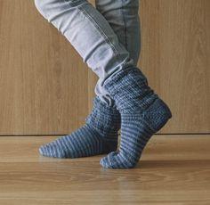 Socken über Socken {Modelle und Garne}   Maschenfein :: Strickblog Garne, Leg Warmers, Socks, Legs, Fashion, How To Knit Socks, Awesome Christmas Gifts, Knitting Socks, Inside Shoes
