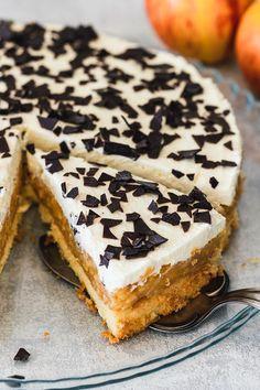 Die schwedische Apfeltorte ist ein traumhaft leckerer Klassiker. Ein luftiger Biskuitboden mit einer saftigen Apfelschicht, getoppt von einer lockeren Sahneschicht und Schokostreuseln. Dieses Rezept wird alle begeistern.  #Apfeltorte #SchwedischeApfeltorte #cake #applecake #Sahnetorte