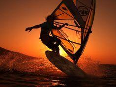 Windsurf - una tabla de surf y una vela hacen singular a este deporte.