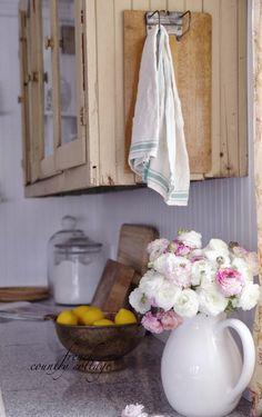 COUNTRY COTTAGE: Vintage Towel Holder
