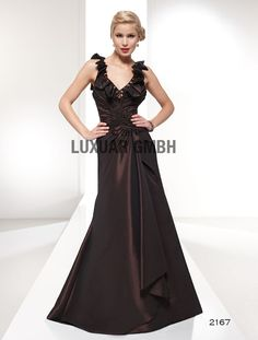 Brun kjole med skulderstropper LUXUAR 2167 En spesiellt vakkertaft kjole med sikksakk draperinger midt foran. Nydelig mørk brun taft. Taften har en utrolig fin glans. Volanger over armene og...