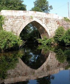 """GR-94 Rural de Galicia  También se conoce como """"Sendeiro das Pontes"""". Sendero que comunica el mar y la montaña del sur al norte de Galicia. Atraviesa los municipios de Vigo, Redondela, Soutomaior, Cotobade, Campo Lameiro, Cuntis, A Estrada, Teo y Santiago de Compostela. La ría de Vigo, la ensenada de San Simón, el Castillo de Soutomaior, el puente de Almofrei, puente romana sobre el Lérez son algunos de los parajes por los que transcurre este sendero en la provincia de Pontevedra."""