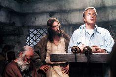 ... Franco Zeffirelli spiega una scena all'attore Robert Powell sul set di