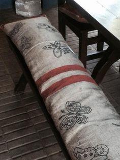 almohadon pintado Dolores Montoya