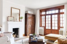 A journalist with a knack for interior design transformed a Montréal into a well-lived, light-filled home. Apartment Therapy, Home Living Room, Living Spaces, Cottage Living, Cozy Cottage, House Tweaking, Bright Homes, Family Room Design, Family Rooms