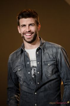 Pique Barcelona, Fc Barcelona, Denim Button Up, Button Up Shirts, Mens Hairstyles With Beard, Soccer Players, Football, Celebrities, Cute