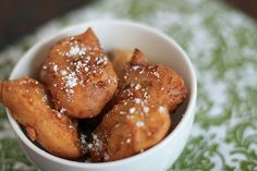 Banana fritters are deep-fried and made with mashed bananas and other ingredients. Try our popular recipe for banana fritters. Gluten Free Baking, Gluten Free Desserts, Just Desserts, Hawaiian Candy, Gluten Free Nachos, Deep Fried Bananas, Banana Frita, Banana Fritters, Girl Cooking