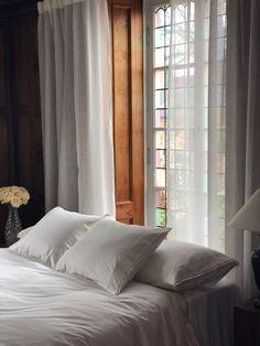 Romantiskt sovrum, visst? Skira linnegardiner är verkligen ett säkert kort och ger ett riktigt klassiskt uttryck. Kostnadsfria tygprover beställer du enkelt via www.gotain.com - Vi gör det enkelt att beställa skräddarsydda gardiner! #gotain #gardiner #linnegardiner #sovrum