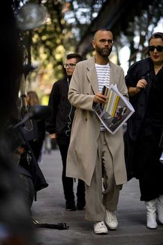 Women's Fashion Week The strongest street style GQ's roving street style photographer, Robert Spangle, snaps the most stylish men attending the women's shows in Milan. Paris Fashion Week, Milan Fashion Week Street Style, Fashion Fall, Sundance Kid, Gq, Cute Travel Outfits, Best Street Style, John Hancock, Most Stylish Men