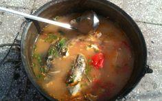 Secretele borşului de peşte preparat de un campion Campion, Supe, Romanian Food, Fish Recipes, Thai Red Curry, Seafood, Drink, Ethnic Recipes, Sea Food
