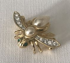 Vintage signed Joan Rivers bee pin, Joan Rivers bee brooch, faux pearl and swarovski crystal bee pin, insect pin, Joan Rivers Jewelry, bee Joan Rivers Jewelry, Bee Brooch, Bee Sting, Vintage Signs, Swarovski Crystals, Pearls, Bees, Gold, Bee